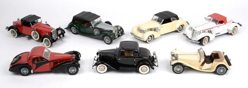 Een lot schaalmodellen op schaal 1/24:- 1928 Stutz Black Hawk Boattail Speedster.- 1932 Ford Coupe.- 1935 Auburn Boattail Speedster.- 1936 Bugatti Type 57SC.- 1937 Ford 812 Phaeton Coupé. (Los cabriodak)- 1938 Jaguar SS 100.- 1938 Alvis 4.3 litre.