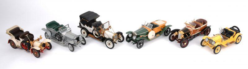 Een lot van zes schaalmodeleln op schaal 1/24:- 1904 Mercedes Simplex- 1907 Rolls-Royce The Silver Ghost.- 1912 Packard Victoria.- 1911 Mercedes.- 1914 Rolls-Royce Ghost wood body.- 1915 Stutz Bearcat.