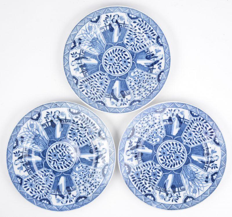Drie borden van blauw en wit Chinees porselein naar Wanli voorbeeld.