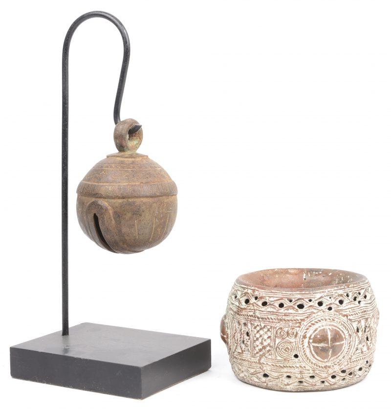 Een Indische bronzen armband en een bel.