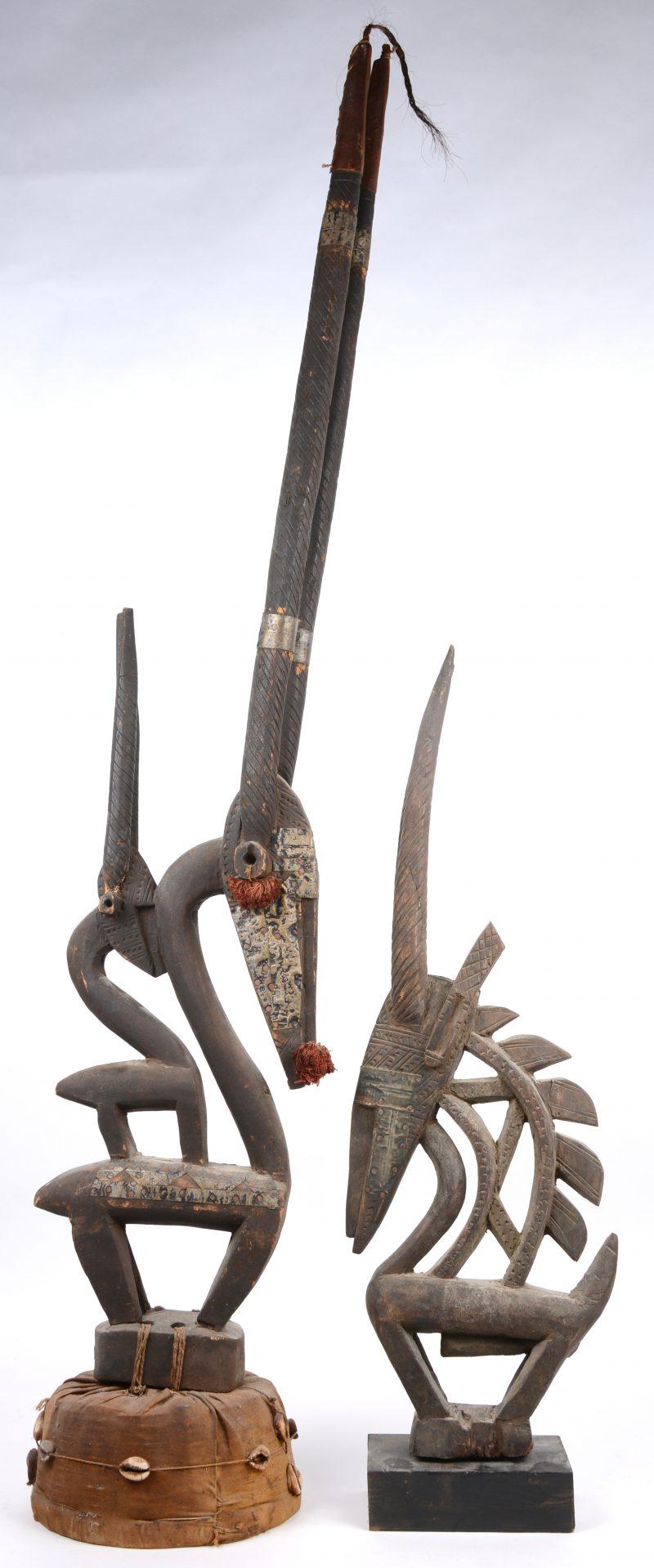 Twee ceremoniële Afrikaanse houten beelden in de vorm van een dier. Hoorns van de grootste hersteld.