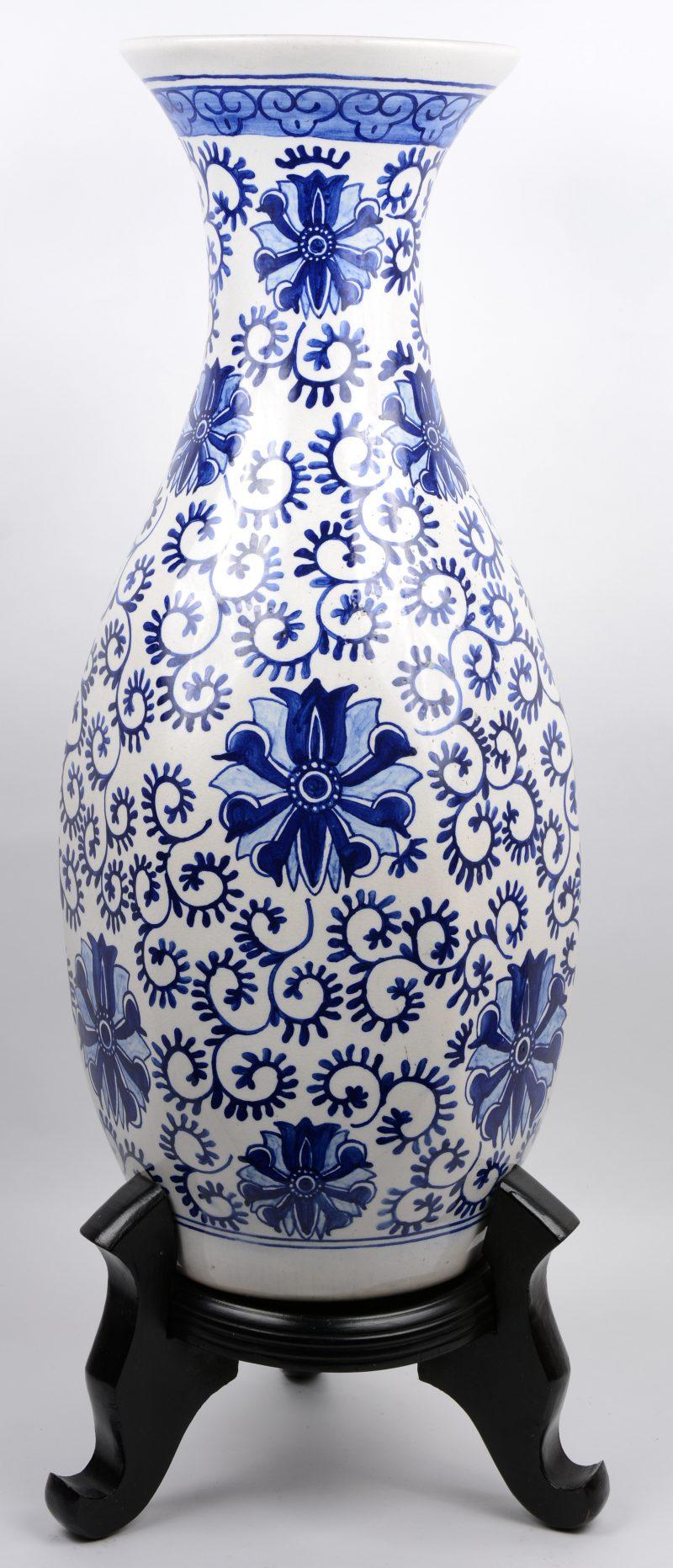 Een porseleinen balustervaas met zes afgeplatte kanten en versierd met een blauw op wit bloemendecor.