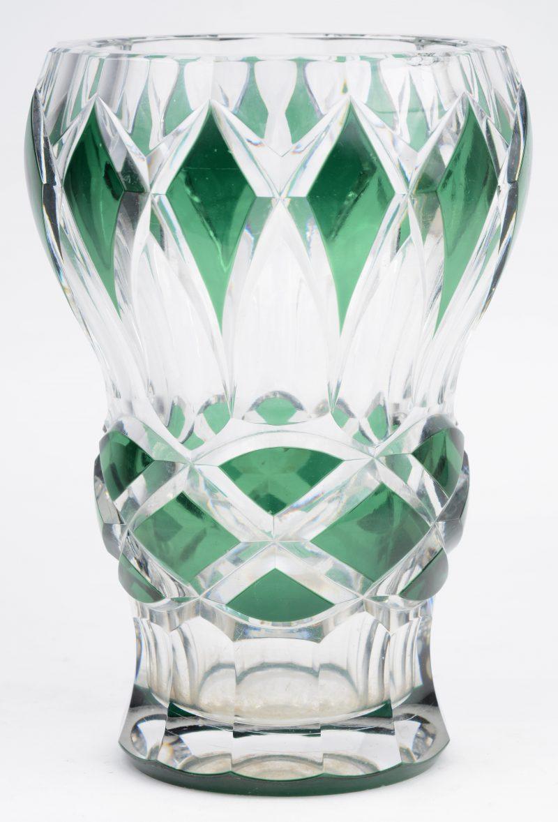 Een vaas van geslepen en groen gedubbeld kristal. Onderaan gemerkt. Schilfer aan de binnenrand.