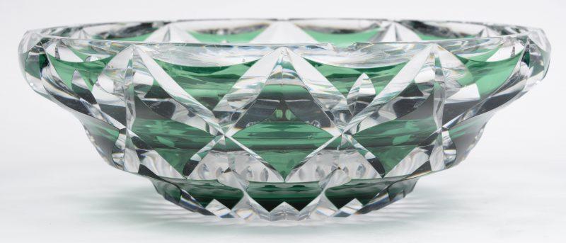 Een grote schaal van geslepen en groen gedubbeld kristal. Gemerkt onderaan. Enkele veschadigingen.