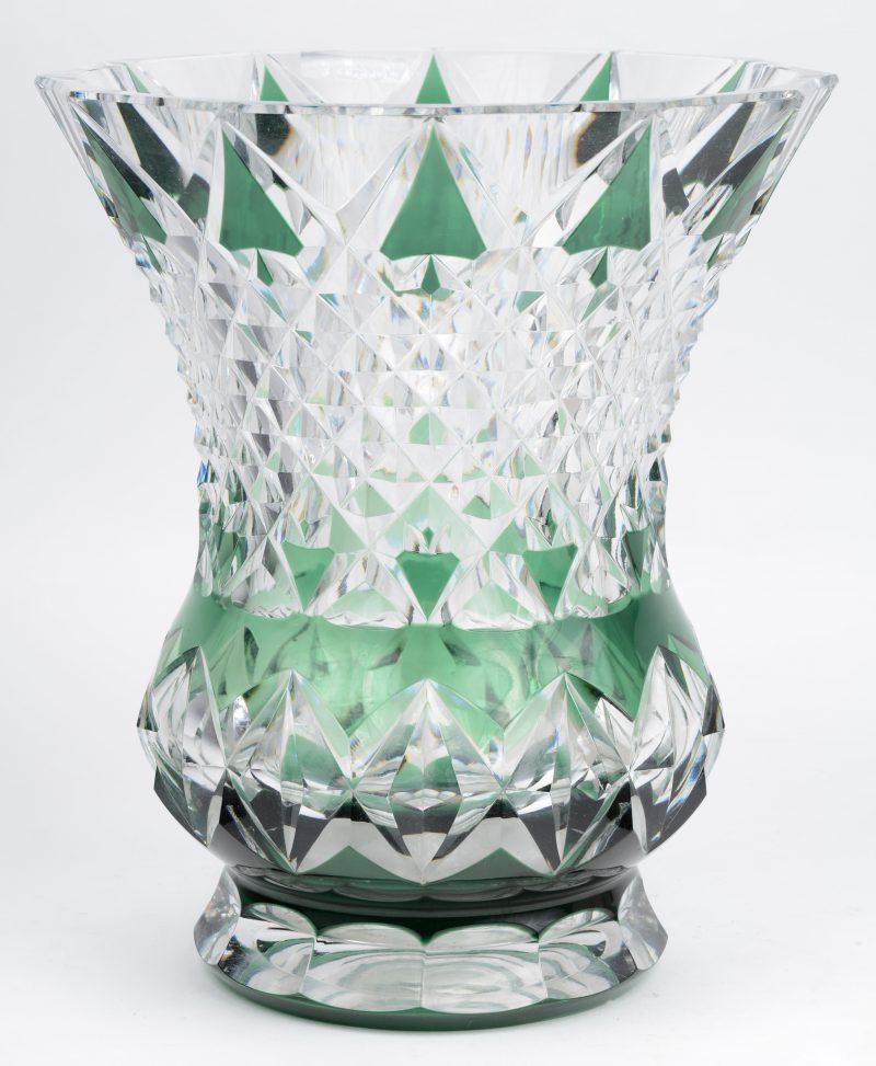 Een grote vaas van geslepen en groen gedubbeld kristal. Gemerkt.
