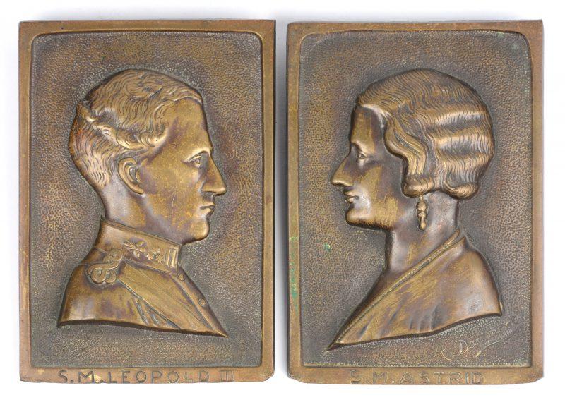 Een paar bronzen reliëfplaquettes met profielen van Koning Leopold III en Koningin Astrid door A. Darimont.