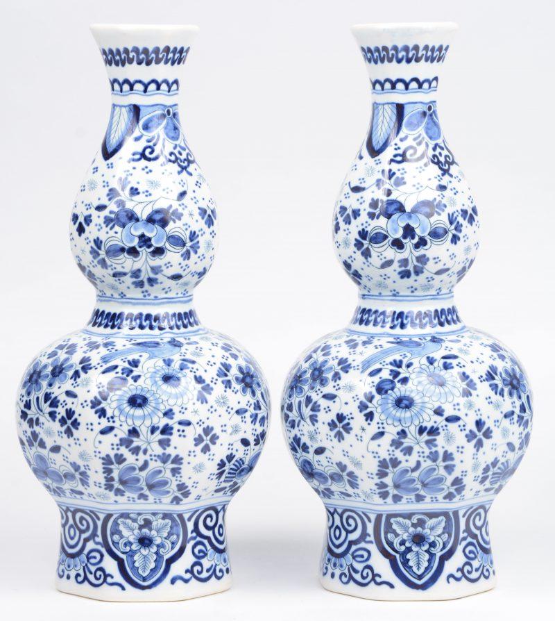 Een paar Delftsblauwe knobbelvaasjes, onderaan gemerkt en genummerd.