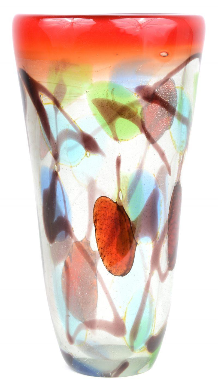Een vaas van meerkleurig Muranoglas.