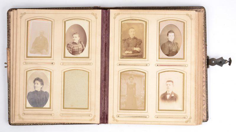 Een foto-album met reptielenlederenkaft en een gedreven koperen voorstelling van Artemis. XIXe eeuw.