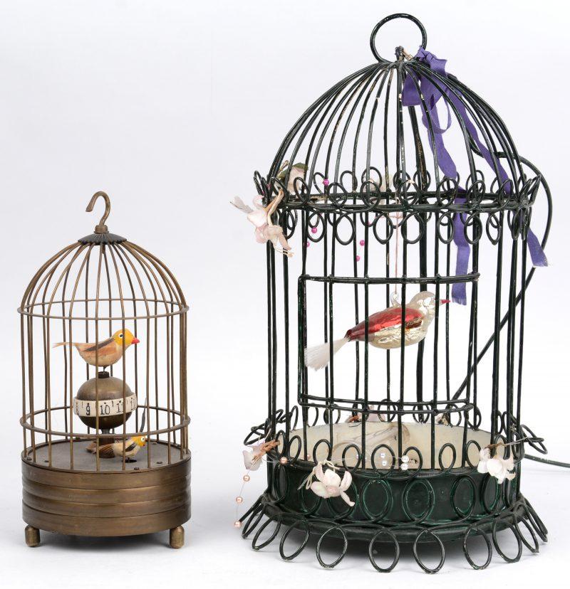 Een klokje in de vorm van een vogelkooi met vogeltje. We voegen er een vogelkooi met glazen vogeltje gemonteerd als lamp aan toe.