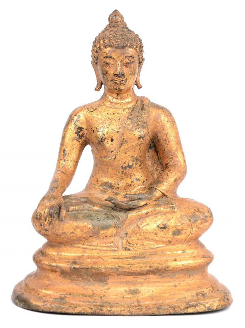 Een antieke met bladgoud vergulde bronzen Boeddha. Thailand.