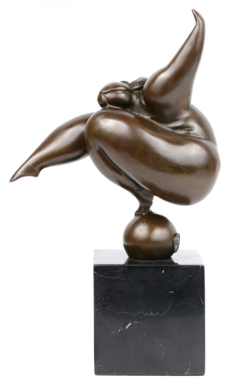 """""""Acrobate"""". Een bronzen beeld op marmeren basis naar werk van Milo. Met bronsstempel."""