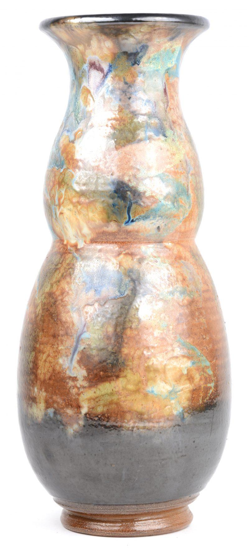 Een vaas van steengoed met meerkleurig glazuur. Onderaan gemerkt.