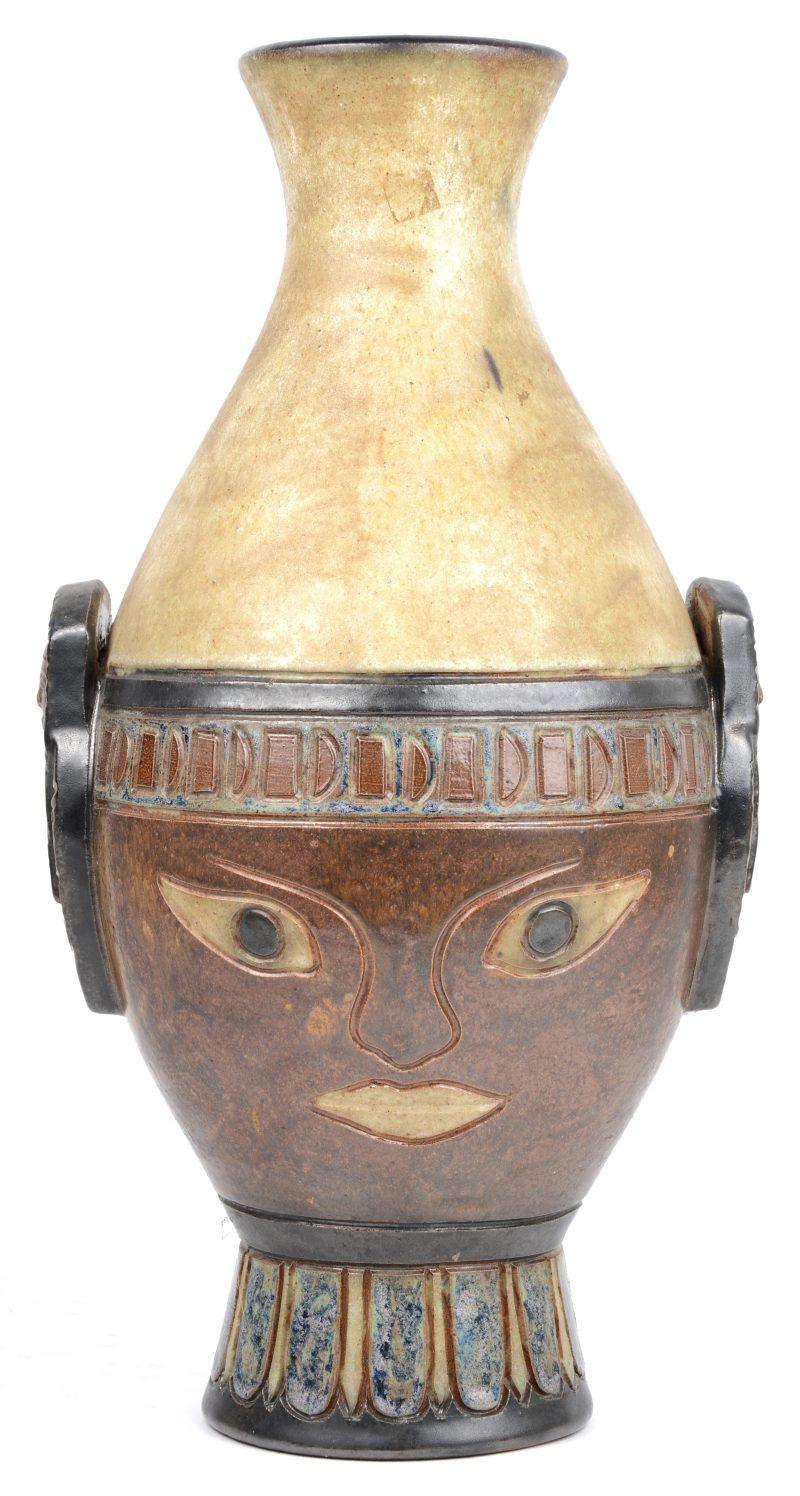 Een vaas van steengoed met meerkleurig glazuur, versierd met een gegraveerd, Egyptisch geïnspireerd decor. Onderaan gemerkt.