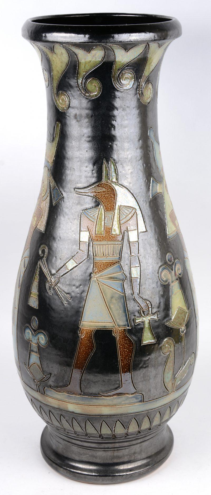 Een grote vaas van steengoed met een meerkleurig glazuur en met een Oud- Egyptisch decor. Onderaan gemerkt.