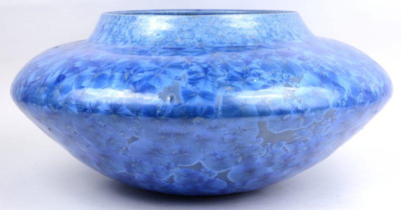 Een  grote porseleinen vaas met blauw op zwart decor van zink, kobalt en titanium. Onderaan gesigneerd.