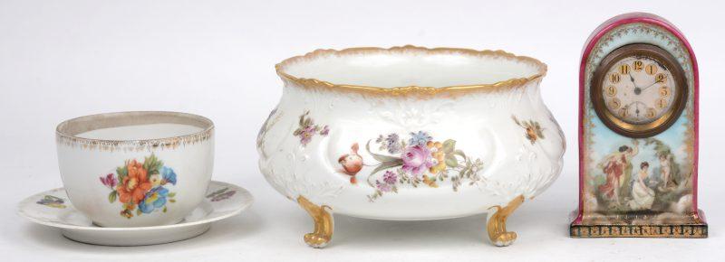 Een lotje Frans porselein, bestaande uit een reisklokje, een kopje met schoteltje en een potje met bloemendecor.