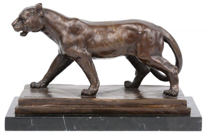 """""""Leeuwin"""". Een bronzen beeld naar werk van Barye. Op marmeren sokkel. Restauratie/ verkleuring aan de basis."""