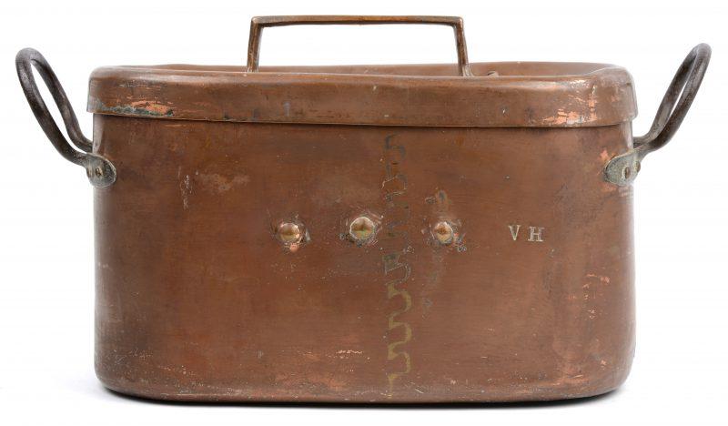 Een langwerpige roodkoperen pastijpan met deksel, messingen handvat. XIXde eeuw. Met monogram V.H.