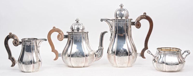 Een vierdelig koffie- en theestel van 800‰ zilver met houten handvatten en versierd met gegraveerde decors in Lodewijk XIV-stijl. Bruto: 2410 g.