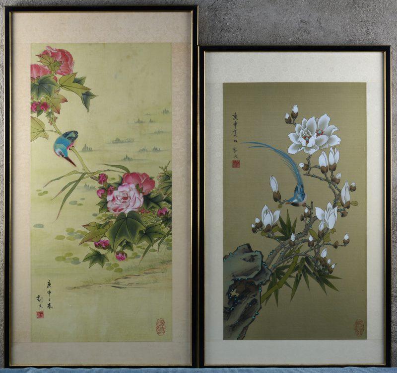 Twee handgeschilderde Chinese prenten van vogels op bloeiende takken. Gesigneerd.