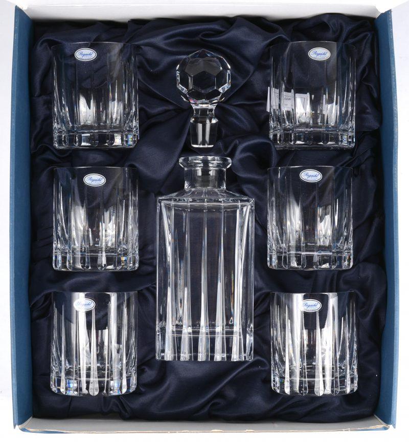 Een whiskyset van geslepen kleurloos kristal, bestaande uit een karaf met zes tumblers. In originele doos.