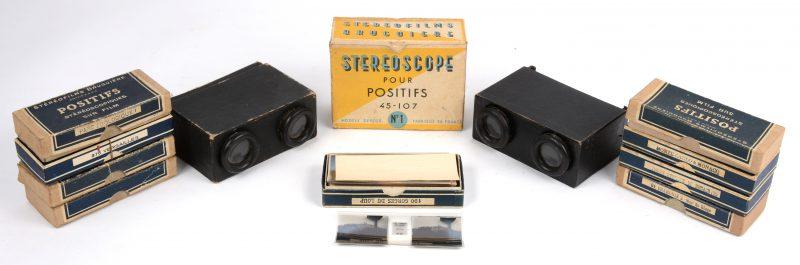 Twee stereoscoopen met negen doosjes met plaatjes. Eén stereoscoop in slechte staat, één in originele doos.
