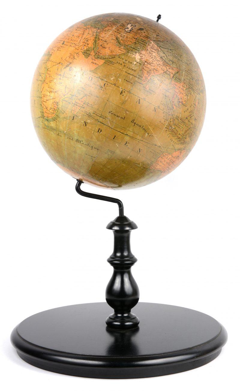 Een XIXe eeuwse globe op recent houten statief.
