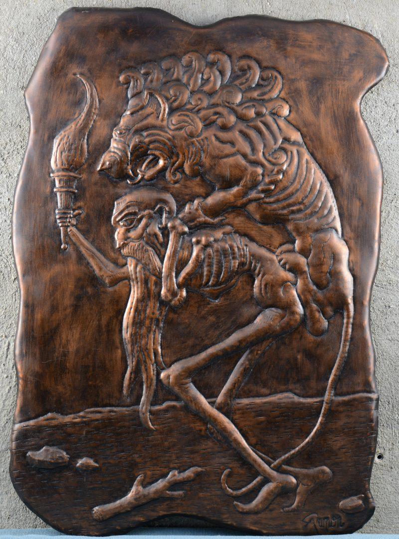 Een gedreven koperen reliëf met een voorstelling van een oude man met fakkel en een leeuw. Gesigneerd.