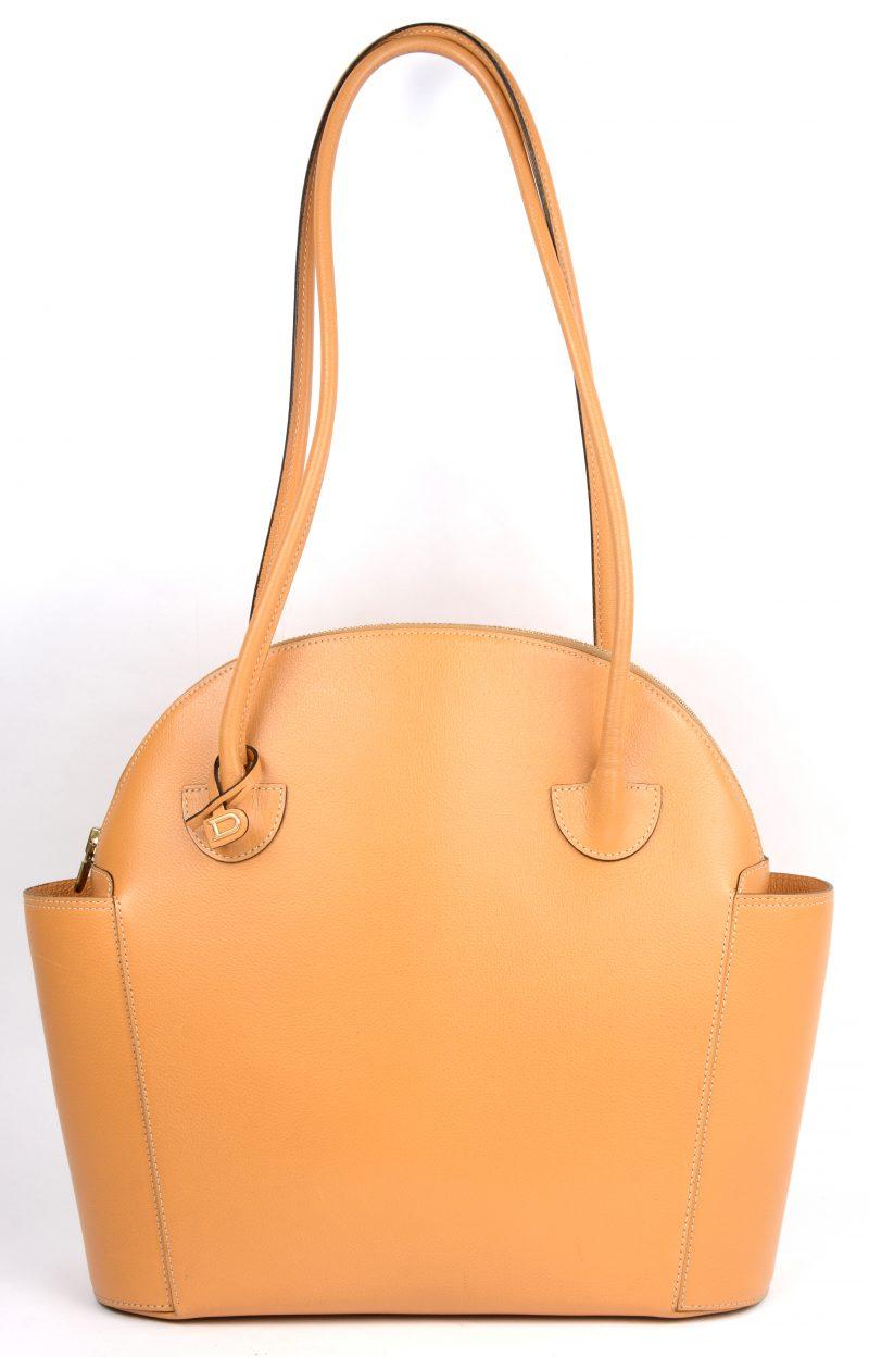 Een handtas van okergeel leder.