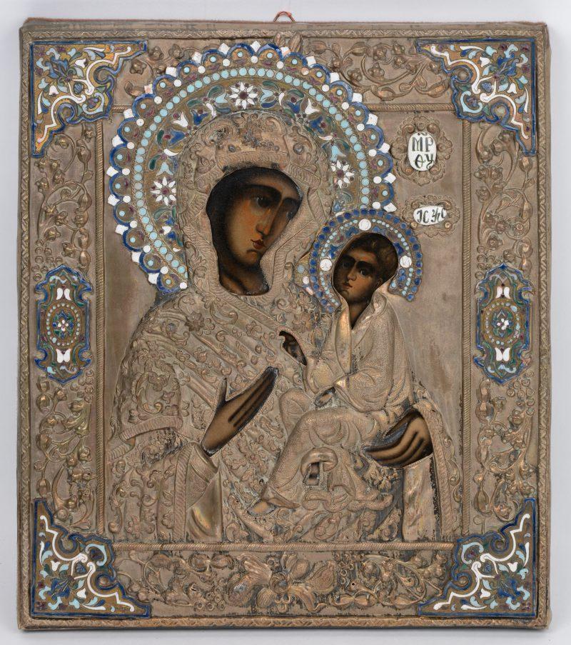 """""""Madonna met kind"""". Een Russische icoon met verzilverde riza, versierd met email. XIXe eeuw."""