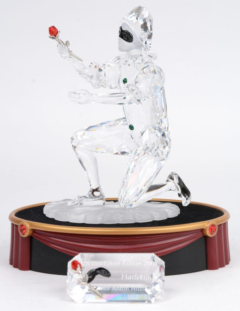 """""""Harlekijn"""". Een kristallen object uit de reeks """"Maskerade"""" naar een ontwerp van Anton Hirzinger. Jaarlijkse uitgave 2001. In originele doos, met display en kristallen plaquette."""