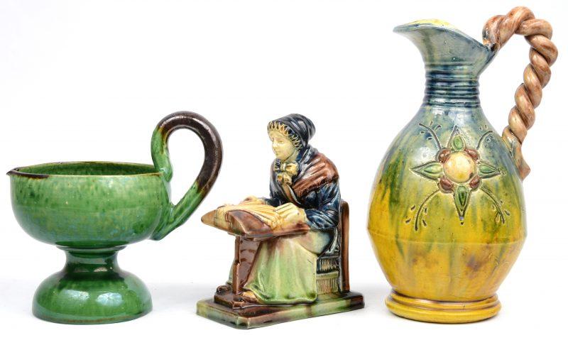 Een lot geglazuurd aardwerk, bestaande uit een kantkloster van West-Vlaams aardewerk, een kruik van Bredens aardwerk en een kaarsenpan, gemerkt van Vallauris.