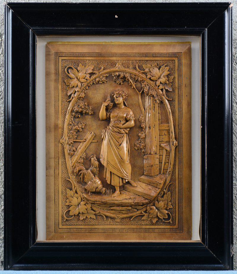 """""""Vrouw met kippen"""". Een fijn uitgestoken notenhouten bas-reliëf. XIXe eeuw. Achter glas."""