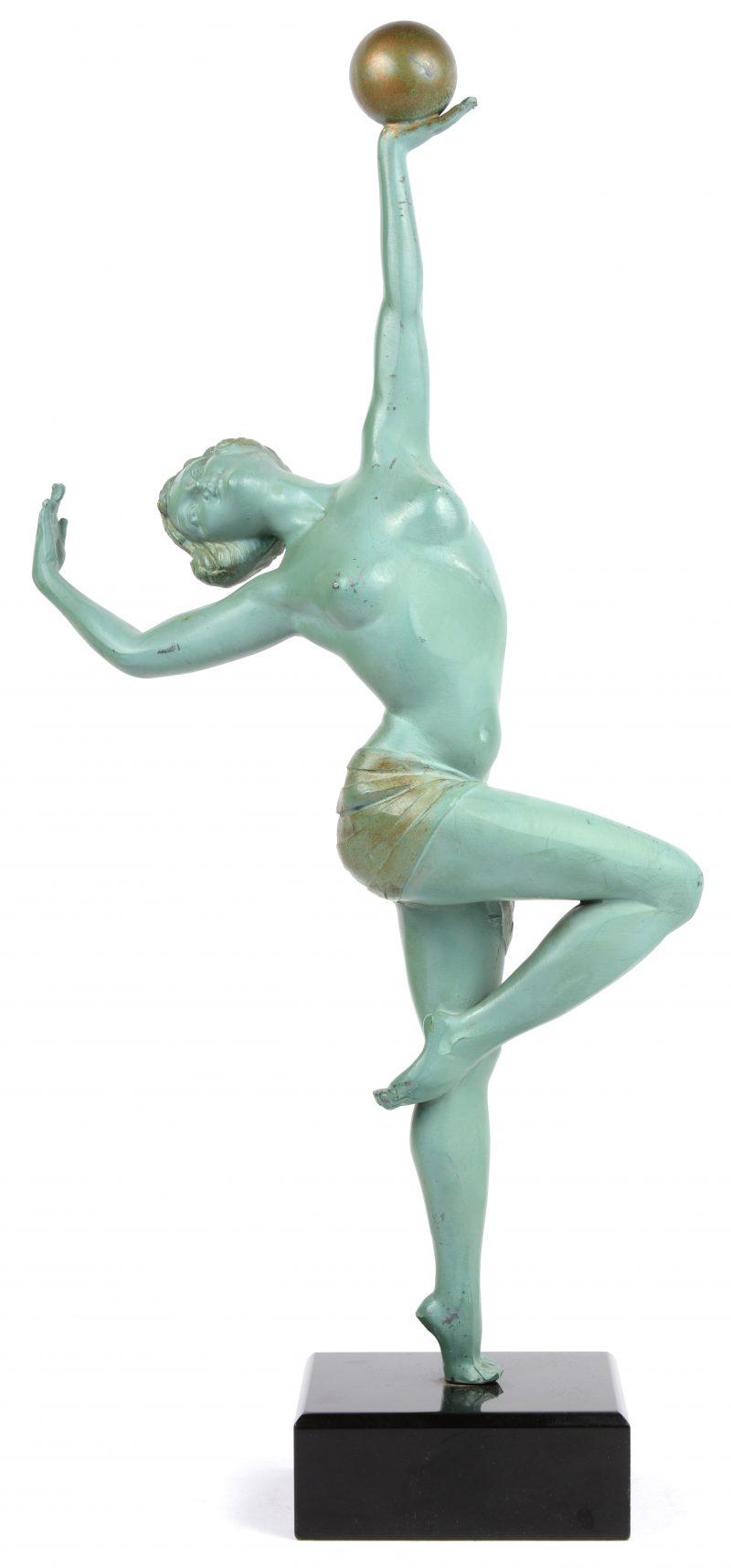 Een art deco danseres van gepatineerd kunstbrons op arduinen sokkel. Gesigneerd 'Aleste'.
