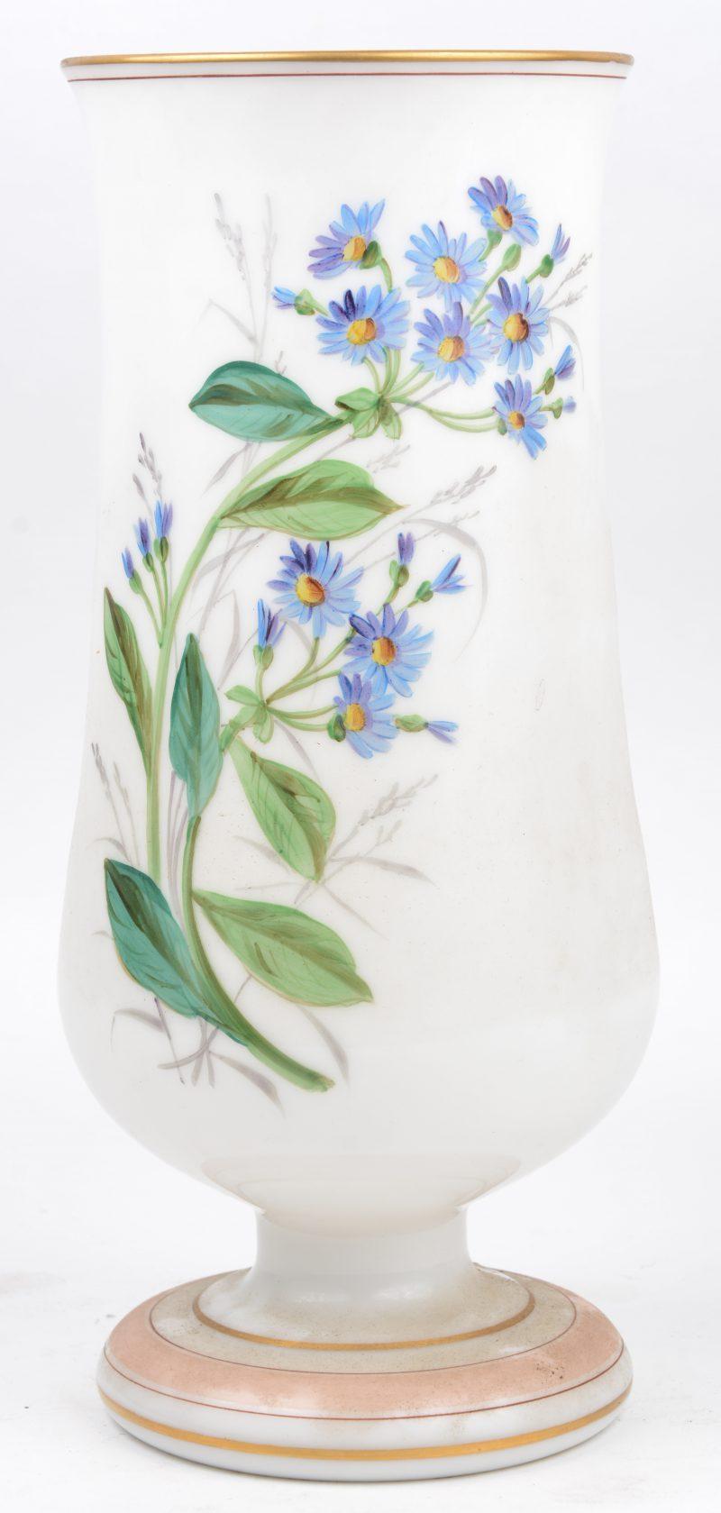 Een opaalglazen vaas met handgeschilderd bloemendecor.