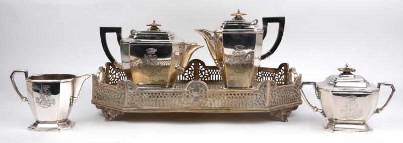 Een vierdelig koffie- en theestel van verzilverd metaal met houten handvatten. Tijdperk art deco. Met bijgevoegd dienblad. Met stofhoezen.