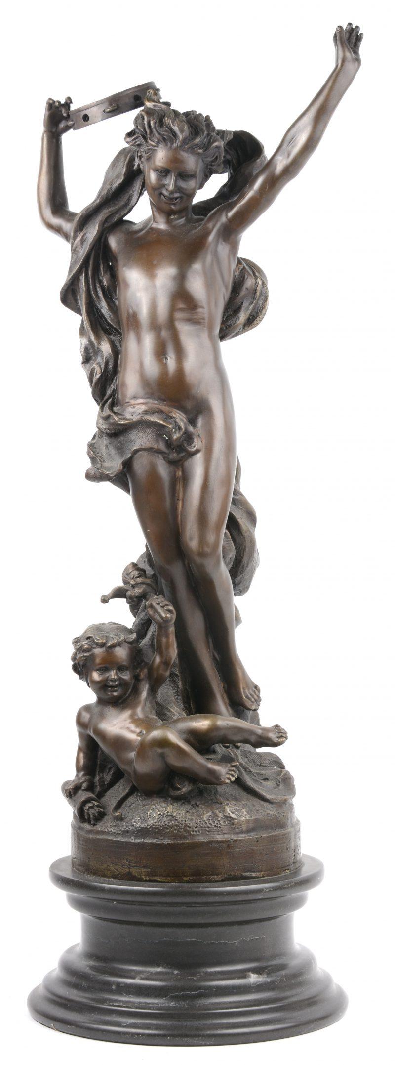 """""""Naakt met tamboerijn en putto"""". Een bronzen groep op zwart marmeren sokkel. Met bronsgarantiestempel."""