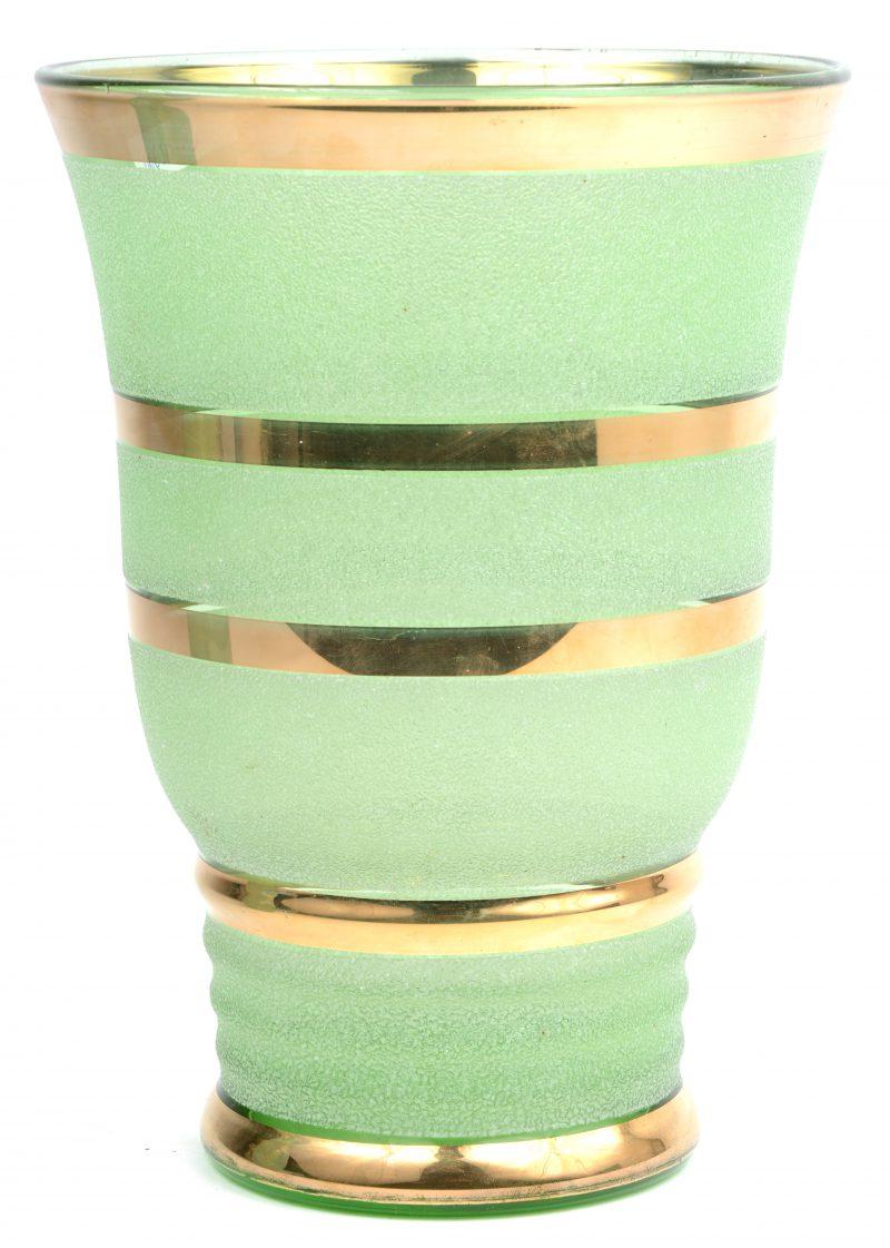 Een vaas van Booms glas met vergulde lijnen rondom.