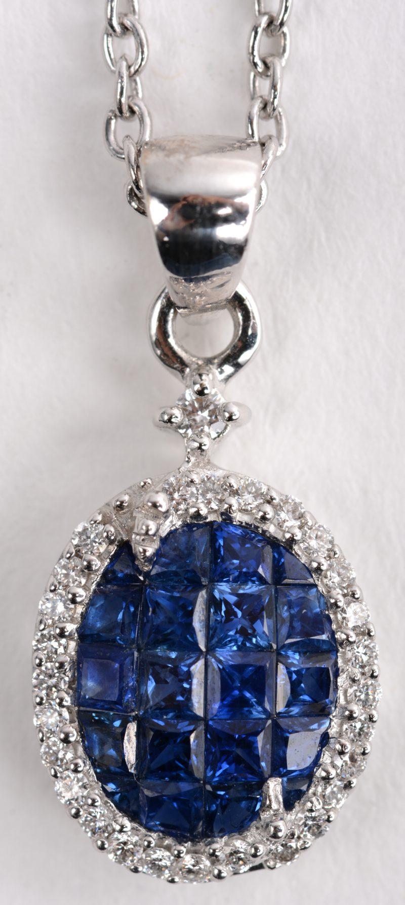 Een 18 K witgouden ketting met hanger bezet met in princess geslepen saffieren van +- 1 ct. en briljanten met een gezamenlijk gewicht van +- 0,15 ct.
