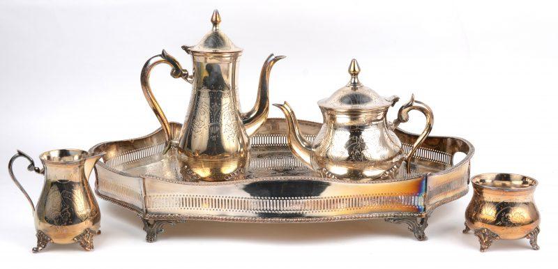 Een vierdelig koffie- en theestel van verzilverd metaal. Op dienblad, gemerkt 'William Adams, Sheffield'.