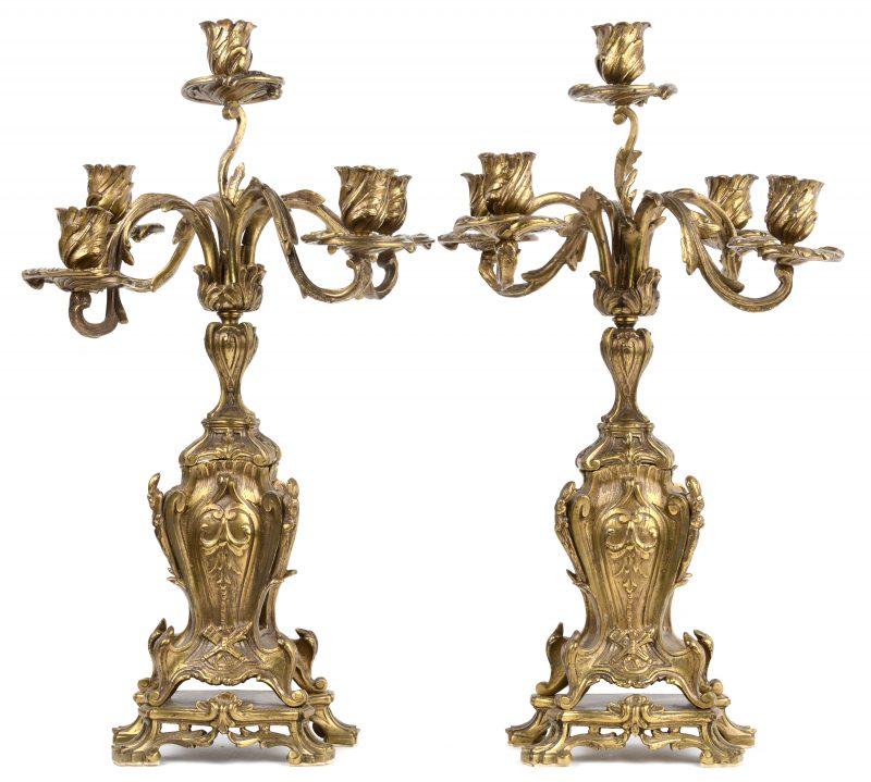 Een paar verguld bronzen kandelaars in Lodewijk XV-stijl.