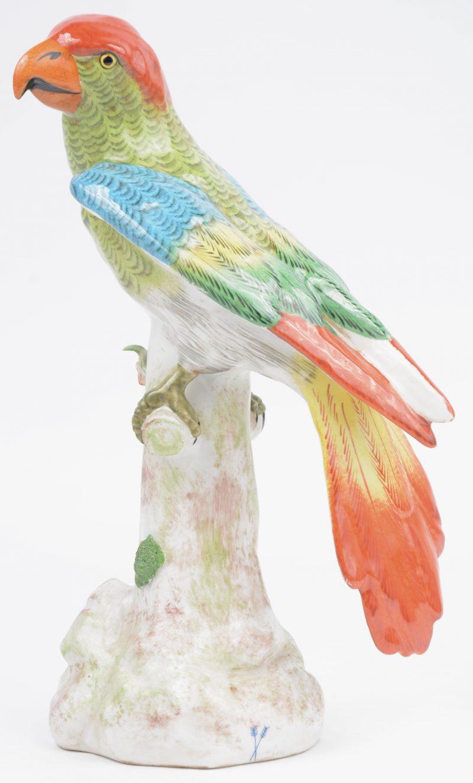 Een papegaai van meerkleurig Parijs' porselein. Gemerkt.