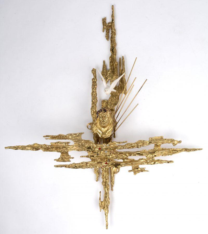 Een gestileerd modern kruisbeeld met Christus en Heilige geest in de stijl van Dali.