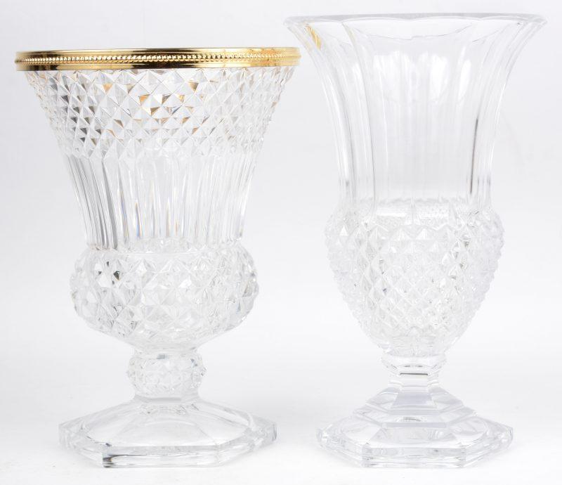 Twee verschillende vazen van geslepen kleurloos kristal, waarbij één met verguld messingen montuur. Beide gemerkt onderaan.