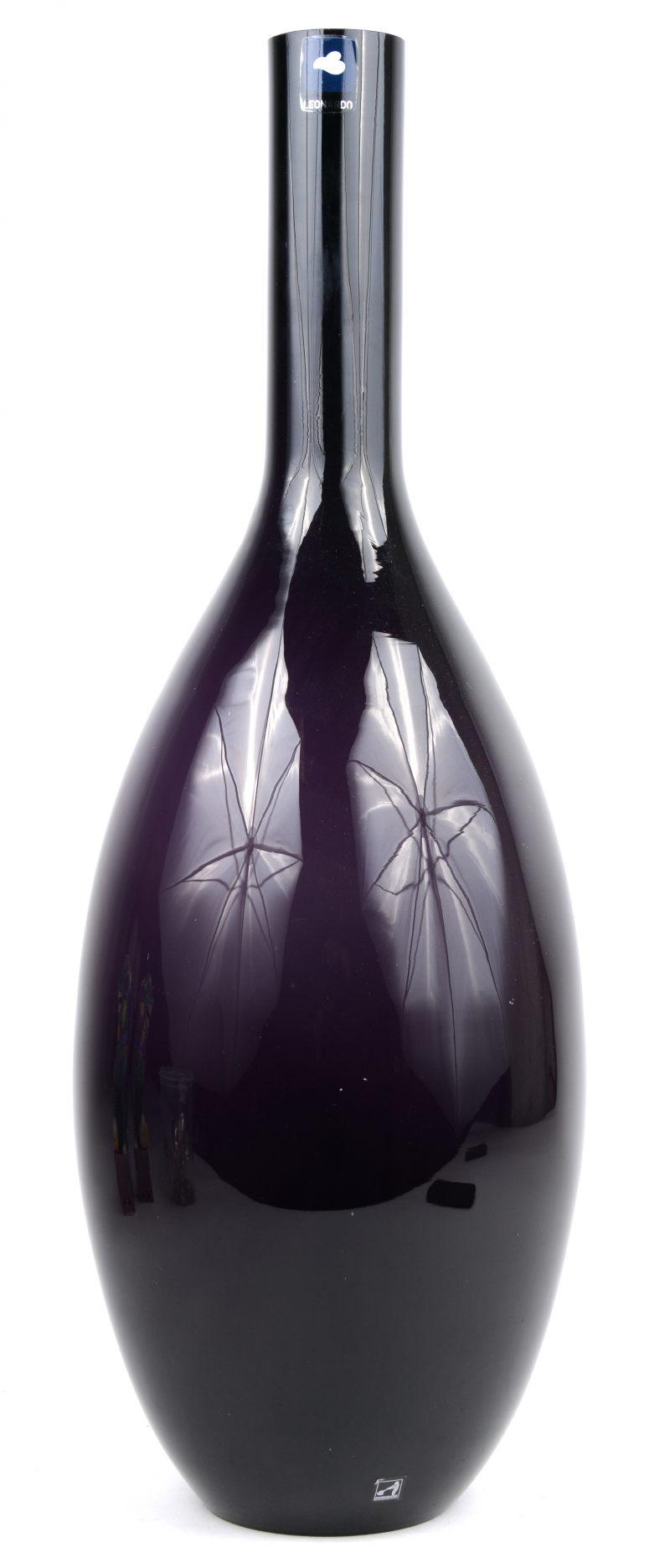 Een vaas van paars glas met witte binnenkant. Duits werk.