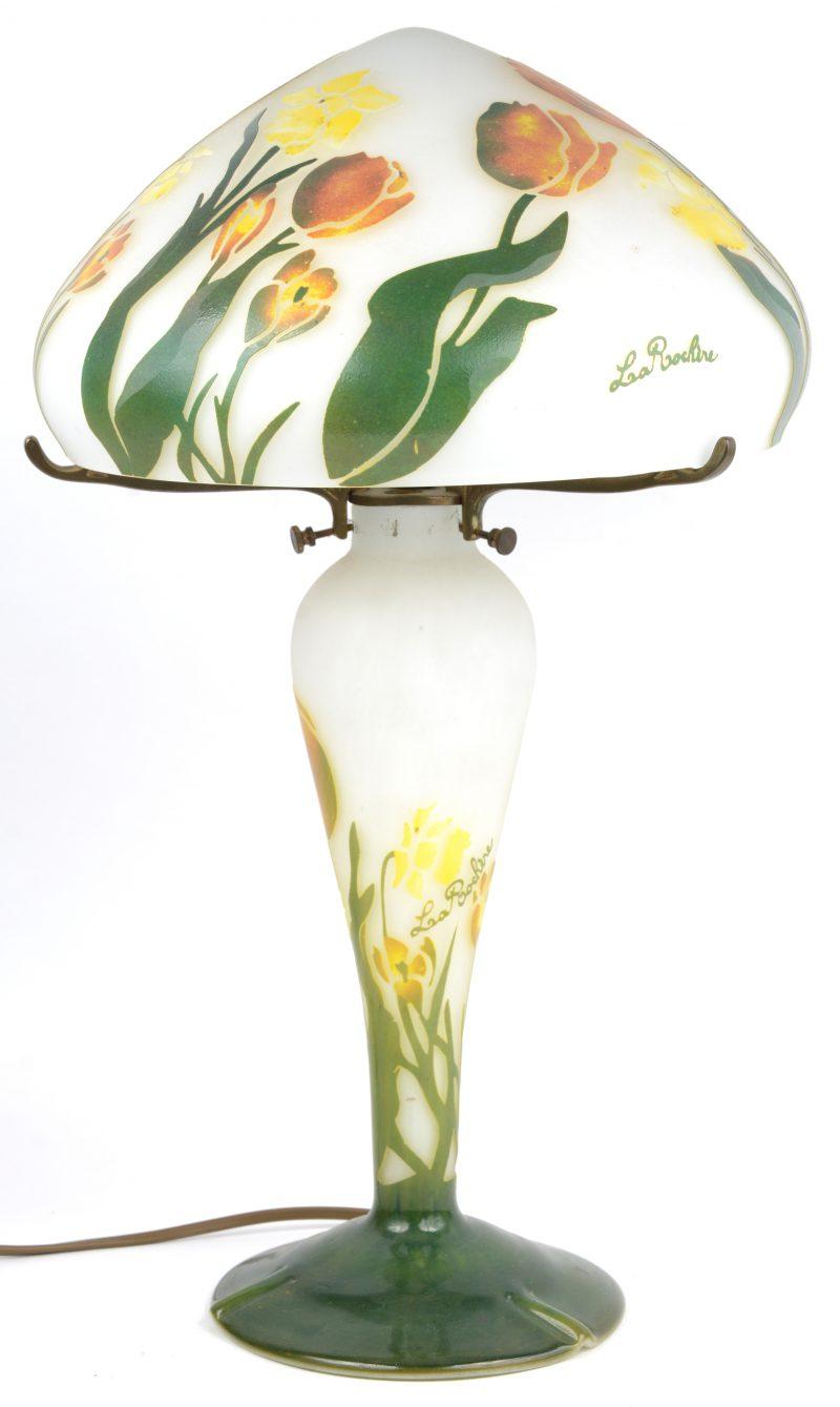 Een cameegeslepen glazen lamp met decor van tulpen. Gemerkt.