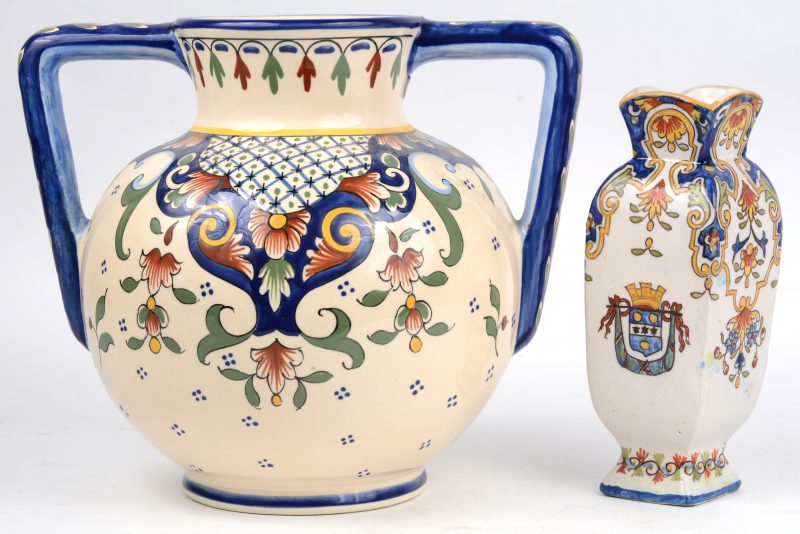 Een grote bolle vaas met oren en een klein vaasje van meeerkleurig Frans aardewerk, waarbij het kleinthe gemerkt van Cherbourg.