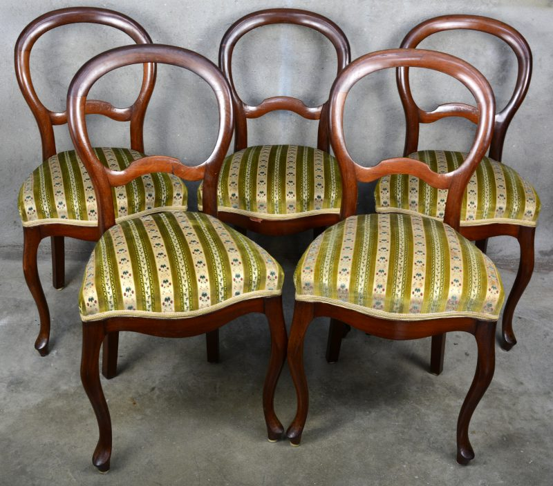 Een reeks van vijf mahoniehouten balloon back chairs.