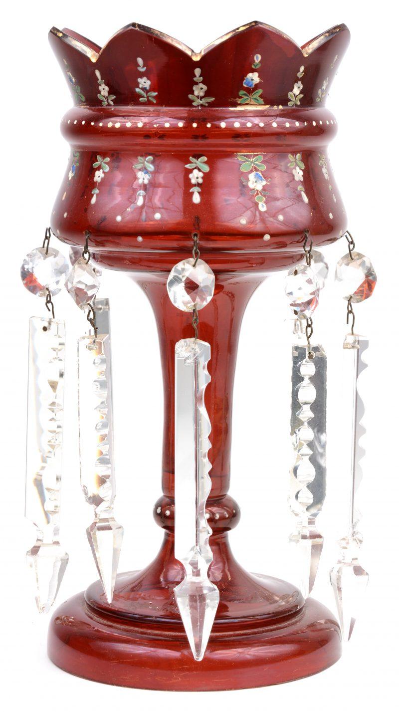 Een kristallen siercoupe op voet met pendeloques.
